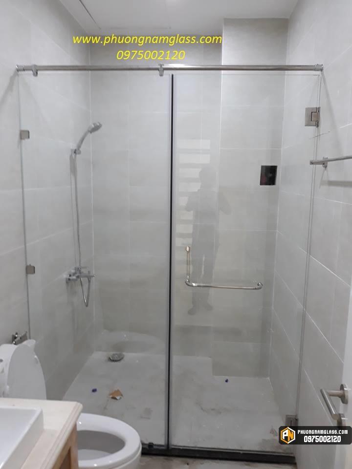 phòng tắm kính với bản lề bắt tường