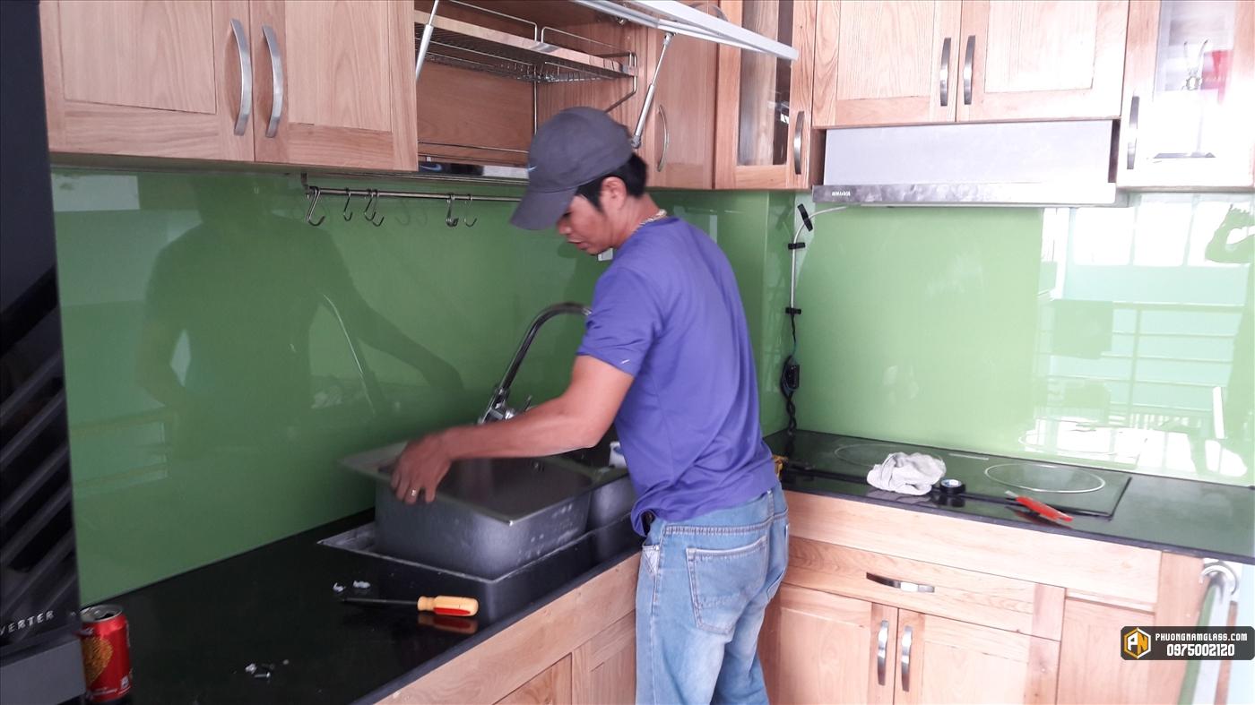 Kính màu ốp bếp tại sài gòn