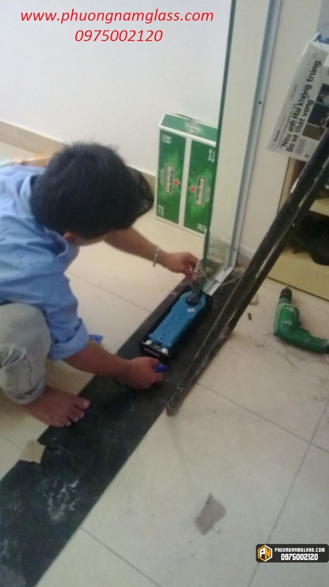 Lắp đặt cửa kính cường lực tại TPHCM.